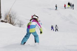klassisk sportlovsaktivitet. Klackbergsbacken i Norberg har bra snötillgång i år och extra öppettider under sportlovsveckan. Foto: Daniel Gustafsson/Arkiv