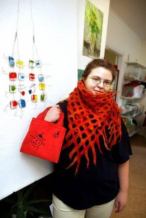 TRYCK. Sara Jonsson i en tovad sjal och med en tygväska med tryck. Trycket, med nyckelpigor, har hon formgivit själv.