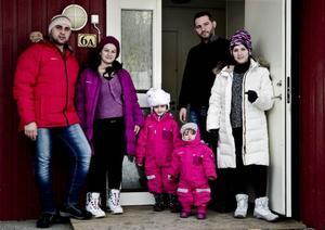 Homam, Neirouz, Sima, Saly, Ahmad och Rabab utanför det hus i Undersåker som nu är deras hem.