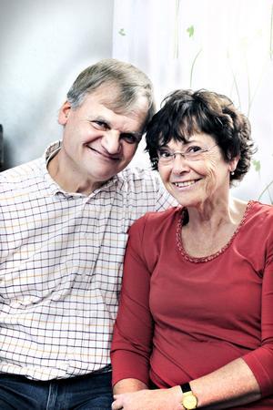 Nu. Torsten och Inger i dag. Paret har två vuxna söner, ett barnbarn och bor i Gävle.