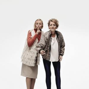 Kajsa Ernst spelar Bibbi och Ann Petrén gör rollen som Sullan i Maria Bloms pjäs