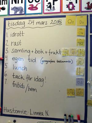 Dagens schema skrivs både med text och symboler.