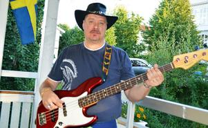 Micke Nylander är basist i coverbandet Saxum.