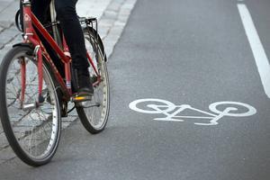Att skapa säkra cykelstråk där det i dag kör bilar är ett viktigt steg som vi kan ta för att minska fossilbränsleanvändningen, skriver debattörerna.
