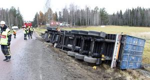 Släpet med last av betong i container hamnade i diket.
