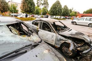 Sent på tisdagskvällen brann tre bilar på parkeringen vid Pettersbergsskolan, tidigare S:t Ilians skola.