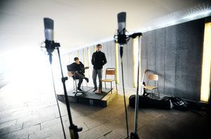 Ljud och vårljus i skön förening i Wilhelminapassagen.