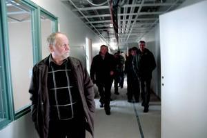 VISADE. Bo Lindbladh, teknisk chef, visade runt kommunstyrelsen och journalister i det nya äldreboendet.