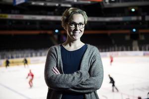 Charlotte Gustavsson, vd för Modo, gläds åt att klubben bjuder in 300 asylsökande när Modo möter HV 71 nästa vecka.