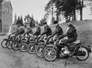 Zündapp på rad med kyrkan i bakgrunden. Den här uppställningen med mopeder är från 1961. Bilden är tagen av välkände Örnsköldsviksfotografen Karl-Otto Strandberg.