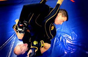 älskar mma. Thomas Haaranen och Joel Hellström tränar båda MMA, Mixed Martial Arts i Gävle. De tycker sporten är kul eftersom det krävs mycket kreativitet och taktik. Haaranen som också är ledare på Gävle Fight gym har svårt att förstå kritiken som finns mot sporten.