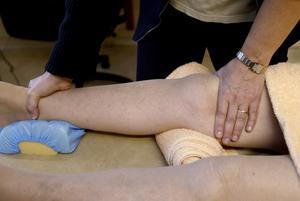 Behandling. En del av de privata fysioterapeuterna ska knytas till vårdcentralerna, enligt den rödgröna landstingsmajoritetens förslag.Foto: Kenneth Hudd/arkiv
