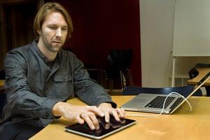 Dirigent. Rikard Lindell visar en prototyp på CC-Pad.