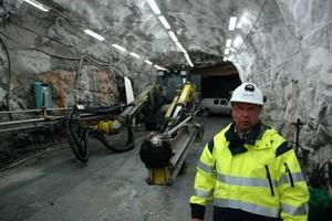 BORR. Kjell Klippmark framför en av de borrmaskiner som används i anläggandet av den nya transportvägen                                               i Dannemora gruva.