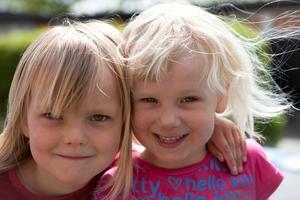 Kompisarna Hilda och Emelie leker efter förskolan och jag fångar deras glädje när de leker på studsmattan samtidigt som motljuset, solens strålar får deras blonda hår att gnistra.
