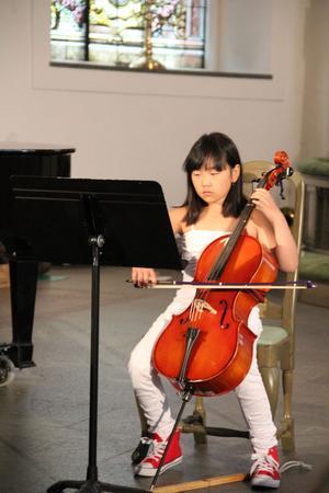 Linn Lantz spelar Nu grönskar det på cello.