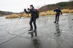 På jakt efter höstens första skridskoisar. Vikessjön i Arnäsvall var under fredagen åkbar, vilken Gunnar Nilsson och Robert Fredriksson kunde konstatera.