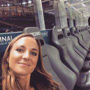 Vilade trötta fötter efter matchen på Barcelonas avbytarbänk. Ryggvärme i stolarna och spelarnas kvarglömda energibars och dryck satt fint där runt 02.00.