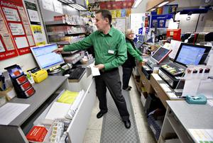 """""""Egentligen känns det konstigt att vi ska ta över bankernas ärenden"""", säger Sven-Åke Viman som sedan i höstas erbjuder kunderna att betala sina räkningar på Konsum."""