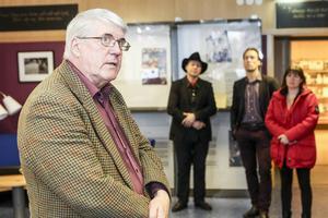 Författaren själv höll tal, här flankerad av bland annat Härjedalens kulturchef, Patrik Byström.