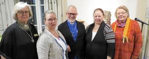 På bilden syns fr v diakon Ewa Hall Aldegren, diakoniassistent Lotta Haglund, kyrkoherde emeritus Jan Engqvist, diakoniassistent Marie Stam och diakon Märta Blixt.