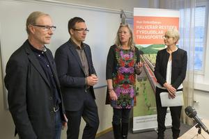 Ett nytt bolag ska driva frågan om dubbelspår mellan Gävle och Härnösand. I går träffades representanter för såväl det nu nedlagda projektet, det nya bolaget och regeringens utsedda förhandlare. Fr.v: Sten-Olov Altin, Länsstyrelsen Västernorrland, Peder Björk, Sundsvalls kommun, Eva Lindberg, Region Gävleborg, Catharina Håkansson Boman, Sverigeförhandlingen.