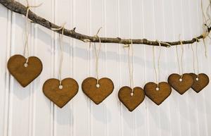 Enklaste julpyntet – pepparkakshjärtan i rad på en vacker gren.