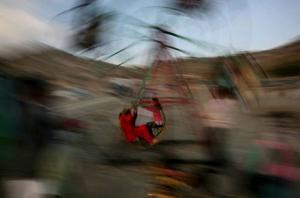 Två flickor åker karusell i Kabul. Framtidsutsikterna för Afghanistans barn beror i hög grad på president Obamas vägval. Har han kanske redan missat chansen till en radikal omläggning av USA:s Afghanistanpolitik? foto: scanpix