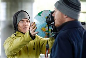 Erik Wennergren håller i badbollen efter regissören Robert Singletons anvisningar. Det är dags för ännu en tagning till Eriks musikvideo Planet B.
