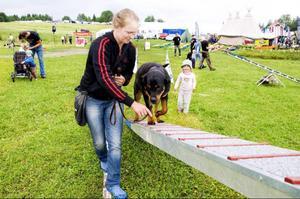 """Sonja Nilsson övar agility tillsammans med den 10 månader gamla Rottweilern Ava. """"Vi har aldrig gjort det här tidigare, men det gick ju rätt bra"""", säger Sonja efteråt."""