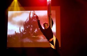 Samtidigt som orkestern spelar musik från tevespel får publiken se hur väl Nova Crawford Currie bemästrar akrobatik på hög höjd.