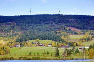 De sju vindkraftverken i Långa snurrar på utan att generera pengar till byn. Lågt räknat missade byborna minst 40 000 kronor under 2012 då det inte finns avtal om en bygdepeng.