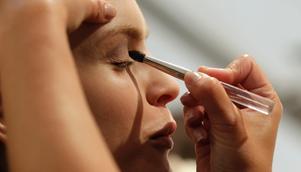 En vanlig make-up kan innehålla över 500 kemikalier.
