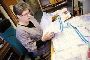 Monica Jonsson har, som många andra valnämndssekreterare i länet, det rätt körigt just nu.