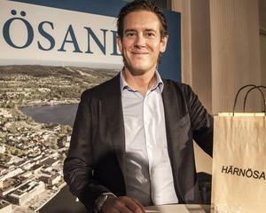 Sundsvallsentreprenören Patrik Attini besökte företagsfrukosten i Härnösand och fick stormande applåder och en present med sig hem.
