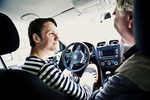 """""""Sväng höger nästa korsning."""" Karl Tholin är ute på sin sjätte körlektion tillsammans med trafikläraren Olle Viktorsson. Han hoppas på att kunna köra mer nu när hans föräldrar går på semester."""