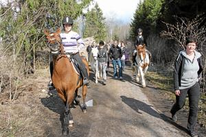 Rör inte vår skogsväg! Hästar, hundar, barn och vuxna i Lanna använder skogsvägen för friluftslivet. Att bygga om den till en bilväg skulle försämra boendemiljön avsevärt, tycker de. BILD: JESSICA HENULIN