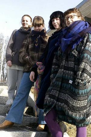 Linn Olausson (längst till vänster), Sara Parkman, Salka Hellbacka och Birgitta Jonsson i Grön ungdom tycker om att kunna påverka saker i samhället.