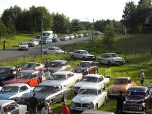 Sommar, sol och veteranbil.  Snudd på 90 fordon kom till årets träff i Nyby.