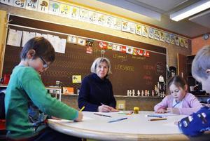 Gertrud Fresk, är förskolelärare med 36 års yrkeserfarenhet och har arbetat på Hansåkerskolan sedan 1991. Hon gillar inte regeringsförslaget att sexåringarna ska börja 1:an redan vid sex års ålder.