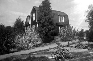 En bit av Jakobsberg. Jakobsgatan 10. Bilden är troligen tagen på 1920-talet. Huset är rivet och ett nytt uppfört på tomten. När serien Stad på ny mark skrevs 2001 bodde Bertil Blomquist i huset.