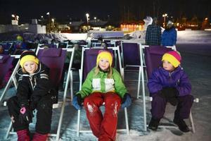 Smilla Lindblad, Älva Klemmé och Signe Göransson hänger i solstolarna under filmvisningen.