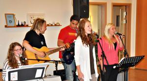 Estetfemman. Gruppen består av Lovisa Elenäs, piano och sång, Sara Ljung, sång, Emma Isaxon, sång och grabbarna Oscar Mattsson och Sami Elander på gitarr respektive bas.