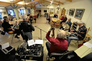 Återkommande träffar. Årligen arrangerar Väntjänsten 330 aktivitetstillfällen ofta med musikinslag eller intressanta föredrag. Ett av tillfällena var när Old Boys underhöll på Sannahedsträffen i december.Foto: Jan Wijk