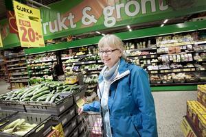 INGEN FARA. Lena Ask från Gävle handlade lugnt bland grönsakerna på Maxi Ica i Hemlingby på måndagen.