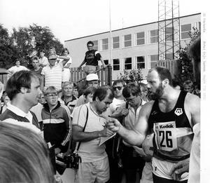 Du ska ha en smäll. Ricky Bruch, till höger, lovade vad han sade och lappade till förbundskapten Anders Borgström i samband med friidrotts-SM i Västerås 1985.