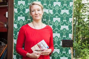 – Nu får jag möjlighet att brodera ut, när jag skriver litterärt säger Elin Olofsson som skrev om sanningen som reporter på ÖP på dagarna, och hittade på på kvällarna. 2013 skrev hon debutromanen och sade upp sig. Nu firar hon pocketsläppet av boken Gånglåt i Linsell. Den är en av tolv nominerade böcker till litteraturpriset årets bok.