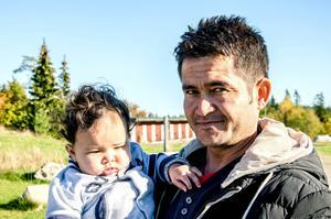 Hamayoon Yama med sex månader gamla Zorah. Fembarnsfamiljen har varit på flykt i ett år
