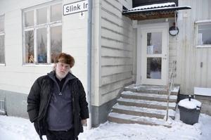 – Det kommer säkert att ordna sig. Slink in ska hjälpa mig med att försöka hitta en ny lägenhet och hyran kan jag ju betala eftersom jag har min pension, säger Stefan Eriksson som är hemlös efter branden i Kolsta.