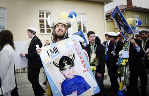 Varför en studentmössa när man kan ha en vikingahjälm, undrar Emil Lindgren.